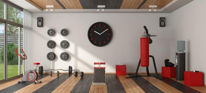 Domowa siłownia – czerwono-czarny sprzęt do ćwiczeń na panelach podłogowych